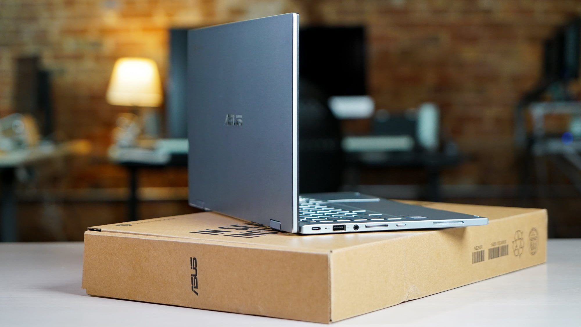 Exclusive: ASUS Chromebook Flip C433 unboxing & hands-on [VIDEO]